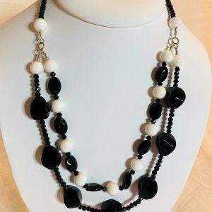 Halsband av svarta agater små o stora diamant slipade