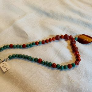 Halsband av jade, silver, jasper, agat samt pendang av randig agat