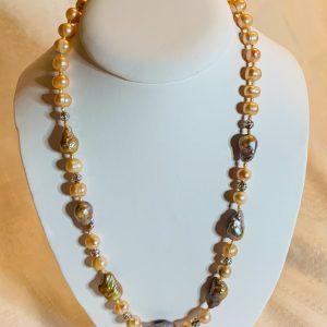 Halsband av barockpärlor gråa , naturfärgade odlade sötvattenspärlor samt silverbitar o silverlås
