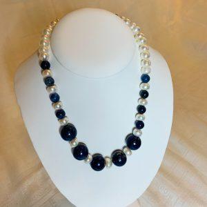 Halsband av platta odlade sötvattenspärlor lapis lazuli