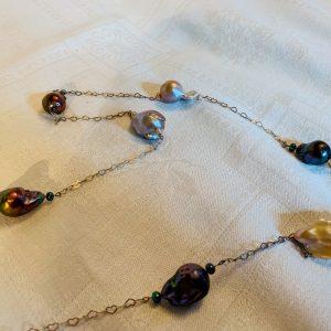 Silverkedja av hjärtan , små odlade sötvattens pärlor samt stora barockpärlor i 3 färger
