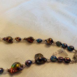 Halsband av stora svarta barockpärlor