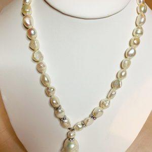 Pärlhalsband av barockpärlor
